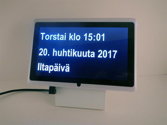 Suomenkielinen kalenterikello vanhuksille, dementikoille ja Alzheimerin tautia sairastaville | Näyttää viikonpäivän, kellonajan ja päivämäärän