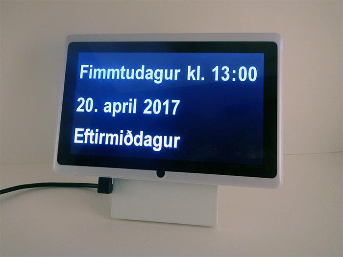 Dintido – dagatalsklukka á íslensku. Sýnir vikudag, tíma, mánaðardag og tímaskeið dags.