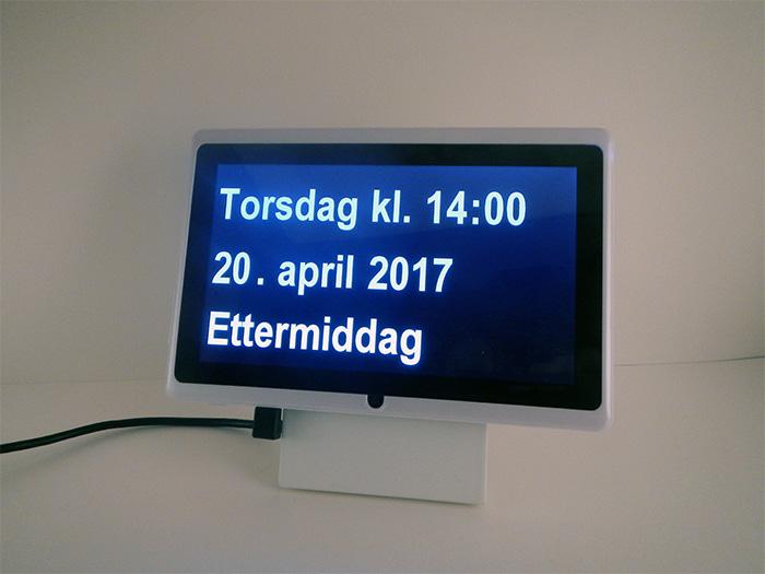 Dintido - kalender-klokke på norsk. Egnet for eldre, mennesker med demens eller Alzheimers og svaksynte. Viser tid, dato, dag, år, om det er morgen, dag, kveld, natt.
