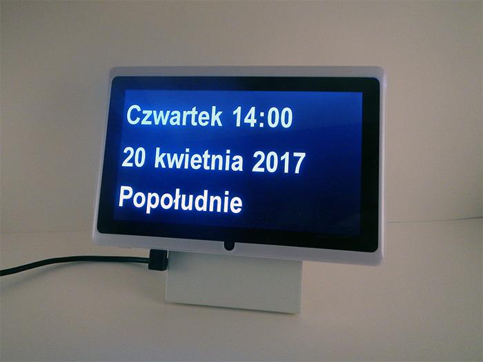 Dintido – zegar z datownikiem po polsku dla osób starszych i cierpiących na demencję. Zegar pokazuje dzień tygodnia, czas i aktualną datę.